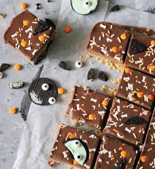 Brukar du fira Halloween? Då kommer här ett tips på något läskigt enkelt att göra och bjuda på.  No-bake jordnötsrutor.  RECEPT⬇️⬇️⬇️ En sats ger ca 16 bitar  Ingredienser botten: * 20 Digestive kex finkrossade * 125 g smält smör  Ingredienser jordnötsfyllning: * 175 g ljus choklad * 3 dl jordnötssmör med bitar i  Ingredienser chokladganache: * 175 g hackad choklad, ljus och mörk eller endast den ena sorten * 1 dl vispgrädde * 1 msk rumstempererat smör i mindre bitar  Gör så: 1. I matberedaren krossa kexen och sen blanda med smör till en grynig och blöt smuldeg. 2. Tryck smuldegen i botten på en form, ca 20 X 20 cm, som du har klätt med bakplåtspapper. Använd baksidan av en matsked för att få botten kompakt. 3. Ställ formen i frysen.  4. I en skål smält ljus choklad och jordnötssmör, lite i taget. Blanda jämt. 5. Häll fyllningen i formen och ställ den tillbaka i frysen under tiden du gör ganachen. 6. Värm upp vispgrädden, den ska bli het, nästan till kokpunkten. Ta bort från spisen och tillsätt chokladen. Låt stå ca 30 sekunder. 7. Rör om tills chokladen har smält. Tillsätt smöret lite i taget och blanda väl tills du får en glansig ganache. 8. Häll den över jordnötsfyllningen och jämna till ytan. Tappa formen i bordet ett par gånger så du får ut ev luftbubblor. 9. Dekorera med riven choklad eller krossade Oreo kex eller Halloween strössel. 10. Ställ formen i kylskåpet tills ganachen har stelnat, minst 2 timmar eller över natten. 11. Skär i bitar och förvara i låda med lock.  SPARA receptet till senare↗️  ✨För flera härliga bakverk FÖLJ @simonamuntean_ och tack för att du trycker på ❤️.✨  #simonamuntean_ #fika #baka #allakanbaka #mittkök #hembakat #fördig #nobake #jordnötssmör #choklad #halloween #bakamedbarn