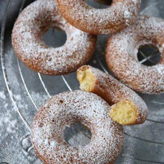 Ugnsbakade munkar.  TAGGA en vän som älskar fika och som kommer uppskatta receptet.   TRYCK på länken i min profil för receptet⬆️  ✨För flera härliga bakverk FÖLJ @simonamuntean_ och tack för att du trycker på ❤️.✨  #simonamuntean_ #fika #baka #allakanbaka #mittkök #hembakat #fördig #munkar #donuts