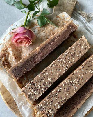 Brownies med karamelltryffel. En dröm för alla chokladälskare. Behöver vi verkligen ett till brownierecept? Jag säger så klart vi behöver. Vad säger du? Recept finns på www.cookiesandsweets.se , klicka på länken i min profil för att komma till det. #choklad #hembakat #fika #mittkök #köketse