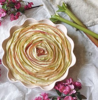 Saftig och mjuk rabarberkaka som skulle föreställa en ros. Får jobba lite på utseende men smaken satte jag direkt👌🏻. Tagga en kompis som älskar att baka. Tryck på länken i min profil för recept på denna.   #simonamuntean_ #baka #kaka #rabarber #hembakat #mittkök #fika