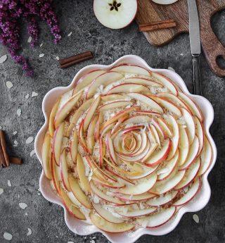 Äppelkaka utan någon närmare presentation.  RECEPT⬇️⬇️⬇️  En sats ger ca 10-12 bitar Tid: ca 45 minuter  Fyllning: * 2–3 äpple delade i hälften och sen delade i mycket tunna skivor. Behöver ej skalas. * Byt ut ällpen mot plommon, päron, aprikos eller persika om du föredrar det. * 2 msk citronsaft i 1 l kallt vatten * ca 1,5 tsk malen kanel * 3 msk smör * 0,5 dl florsocker * ev mandelflarn att strö över * florsocker till servering  Smet: * 3 stora ägg * 2 dl strösocker * 2,5 tsk bakpulver * 2 tsk vaniljsocker * 75 g normalt saltat smör, smält * 1,5 dl mjölk * 4,5 dl vetemjöl  Gör så: 1. Sätt ugnen på 175 grader, över och undervärme smörj. Smörj och mjöla  en rund form , ca 23 cm i diameter, och ställ åt sidan.  2. Lägg äppelskivorna i kallvatten blandat med citronsaft. Då mörkar inte dem tills du ska använda till fyllning. 3. Vispa ägg och socker pösigt i en bunke. Tillsätt bakpulver, vaniljsocker, smält smör, mjölk och vetemjöl. Vispa ihop allt till en slät smet. 4. Häll smeten i den förbereda formen och strö över malen kanel. 5. Häll ut vattnen från äppelskivorna, blanda dem med smör, florsocker och värm dem i mikron i någon halv minut så att de blir varma och lite mjuka, läta att böja. 6. Lägg äppelskivorna i smeten som en ros, börja i mitten och fortsätt utåt som i bilden, lägg skivorna tätt ihop och lätt intryckta i smeten. 7. Strö över mandelflarn. 8. Grädda kakan längst ner i ugnen i 30 min, känn gärna med en provsticka när kakan är klar.  9. Låt kakan svalna i formen och sikta över florsocker precis innan servering.  SPARA receptet till senare↗️  ✨För flera härliga bakverk FÖLJ @simonamuntean_ och tack för att du trycker på ❤️.✨  #simonamuntean_ #fika #baka #allakanbaka #mittkök #hembakat #fördig #äppelkaka #sockerkaka #kaka