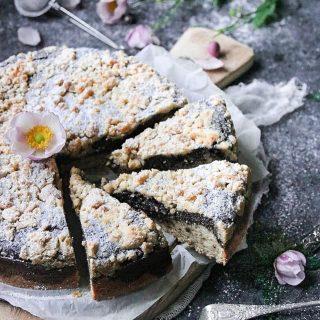 Vallmokaka med smultäcke.  Dammar av ett gammalt recept eftersom jag har fått många frågor om bakverk med vallmofrön i.  TRYCK på länken i min profil för receptet⬆️  ✨För flera härliga bakverk FÖLJ @simonamuntean_ och tack för att du trycker på ❤️.✨  #simonamuntean_ #fika #baka #allakanbaka #mittkök #hembakat #fördig #vallmo #kaka