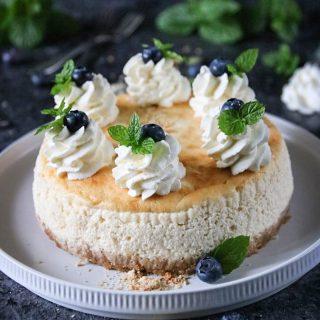Krämig cheesecake. Den krämigaste cheesecaken jag vet. Som du kan baka med eller utan gluten, byt enkelt ut kexen mot rätt sort.  RECEPT HÄR ⬇️ @simonamuntean_ (klicka sen på länken i min profil)  Tagga gärna dina vänner så de också får receptet! Tack för du följer🙏🏻❤️  #simonamuntean_ #baka #hembakat #fika #swedishfika #recept #matbloggarna #allakanbaka #cheesecake #blåbär #glutenfritt
