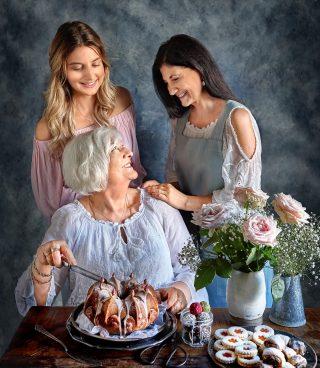 """Idag är vi tre generationer kvinnor i min familj, snart blir vi fyra. Jag känner inte mig som en mormor just nu men en liten flicka är på väg så jag ska banne mig bli så redo som det bara går. Vad jag kommer skämma bort den lilla """"plutten"""". Längtar... 💗 Fin start på vecka till er alla önskar jag med en bild från min bok, Simonas Söta. 📸 @thomashjerten #simonassöta #hembakat #allakanbaka #bakbok #mittkök #köketse ."""