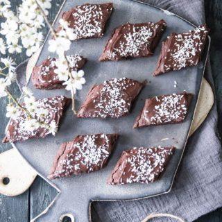 Kärleksmums snittar. Hur goda tror du på en skala 1 till 10?  TRYCK på länken i min profil för receptet⬆️  ✨För flera härliga bakverk FÖLJ @simonamuntean_ och tack för att du trycker på ❤️.✨  #simonamuntean_ #fika #baka #allakanbaka #mittkök #hembakat #fördig #choklad #kärleksmums