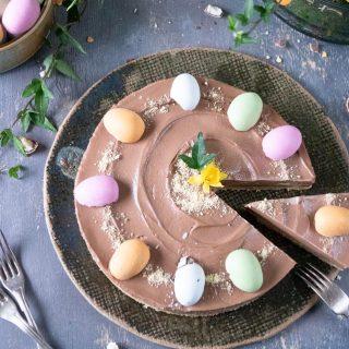 No-bake chokladcheesecake med favvo påskgodiset. Vilket är ditt favoritgodis till påsk? Spara receptet till påsken eller varför inte testbaka redan nu i helgen? ⬇️ Man måste väl provbaka?   En sats ger ca 8–9 bitar Tid: ca 30 minuter BOTTEN: 30 stycken Mariekex finkrossade 100 g smör smält  CHEESECAKE: 400 g färskost naturell ½ – 1 dl florsocker 200 g chokladkräm (typ Nutella) Anthon Berg marsipanägg halverade och kexsmulor till garnering  GÖR SÅ: * Fodra botten och kanterna på en rund form med löstagbara kanter, ca 20 cm i diameter, med bakplåtspapper. Ställ åt sidan. * Blanda kex och smör till botten i matberedare till en grynig blöt massa. * Tryck ut kexmassan i botten på formen.Ställ i frysen tills du gör cheesecakefyllningen. * Rör färskost och florsocker mjuk och krämig. Tillsätt chokladkräm och vänd med en slickepott, övervispa inte. * Häll fyllningen i formen och jämna till ytan. Ställ kallt i frysen någon timme. * Garnera med marsipanägg och kexsmulor. Förvaras sen i kylskåp till serveringen. @simonamuntean_   #simonamuntean_ #baka #hembakat #nobake #påsktårta #cheesecake #fika #swedishfika #glutenfritt