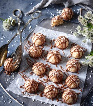 Visst ses vi ikväll kl 20:00 i mitt kök? (Storys😜). Det blir LIVEBAKNING och underhållning, som alltid🙈 när en förvirrad Simona snurrar runt i köket . Men det är dags att börja fylla på kakförrådet. Vi bakar inte en utan två olika sorter småkakor från min bok, Simonas Söta. Glutenfria kokostoppar med salt karamell och choklad och mördegsbollar med choklad (svep 👉🏻för bild). Se till att anteckna hur vi gör eller så köper du boken, just nu bästa priset på med personlig hälsning. Se två poster tidigare. Eller så länkar jag i min profil. Hoppas du är där! Vi ses snart! 🥰 📸 @thomashjerten #simonassöta #småkakor #hembakat