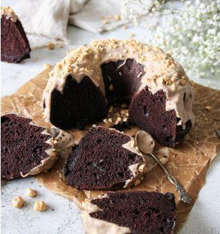 Chokladkaka med brynt smörglasyr och rostade jordnötter. En riktig dröm. Vilka av dina kompisar skulle du dela den med? Och visst följer du @simonamuntean_ så du inte missar några härligheter? Receptet finner du via länken i min profil.  #simonamuntean_  #choklad #sockerkaka #baka #hembakat #fika #fikapaus #swedishfika