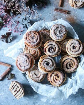Kanelbullar med krämig fyllning. Tryck på blåa länken i min profil för receptet.   #baka #hembakat #simonamuntean_ #frallor #frukost #bullar #fika #swedishfika #kanelbullar #fikatime