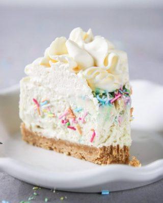 En no-bake strösselcheesecake som passar lika bra på födelsedagsfesten som på påskbordet. Enkelt och supergott.  Tryck på länken i min profil för receptet. #simonamuntean_ #baka #nobake #cheesecake #hembakat #fika #fikatime #strössel #påsktårta #tårta