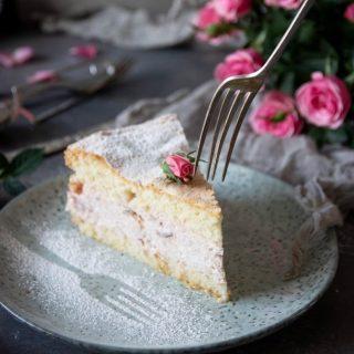 Rabarbercheesecake i tårtformat. För rabarber förtjänar en egen tårta. Gillar du rabarber?  Recept via länken i min profil.  #simonamuntean_ #baka #hembakat #rabarber #tårta #allakanbaka #cheesecake #fika #fikatime