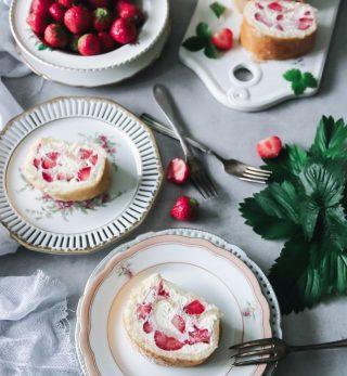 Ska vi prata om morgondagen? Vad tänker du bjuda på? Jag kan tänka mig min enklaste och godaste rulltårta med färskostkräm och massa jordgubbar.   TAGGA gärna dina vänner så de också får receptet och börjar följa🙏🏻❤️  RECEPT HÄR ⬇️ @simonamuntean_ (klicka sen på länken i min profil)  #simonamuntean_ #baka #hembakat #fika #swedishfika #recept #matbloggarna #allakanbaka #jordgubbar #rulltårta #midsommar