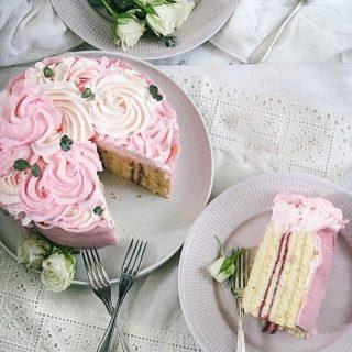 Blir det en bit prinsesstårta idag eller? Idag gäller det, fössta tossdan i mass. Rulltårtebotten, godaste sylten och enkel vaniljkräm, toppa med fluffig grädde och svep in i massipan.  Bläddra för steg-för-steg bilder på hur du får till tårtan.  #sockerkaka #simonamuntean_ #fika #fikatime  #swedishfika  #kaka #hembakat #baka #tårta #prinsesstårta #fösstatossdanimass