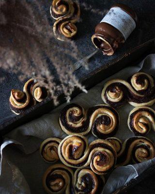 Chokladbriocher. Bullar med choklad. Gilla bilden om du älskar bullar och kommentera om du älskar choklad. Idag står det bakning på agendan hela dagen. Vad saknar du för recept på bloggen? Hit me😜 #choklad #bullar #hembakat #matbloggarna