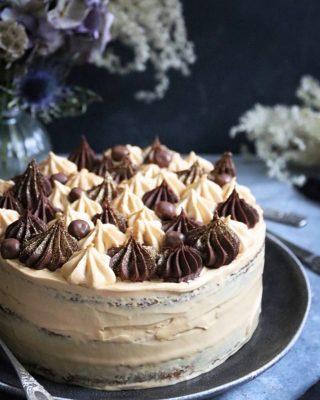 Pumpa och morotstårta med choklad och karamell. Bottnarna är så saftiga och goda. På bloggen och i Story kan du se hur enkelt du delar bottnarna utan att de går sönder eller smular. Klicka på länken i min profil för recept. #tårta #köketse #mittkök #hembakat #baka #fika