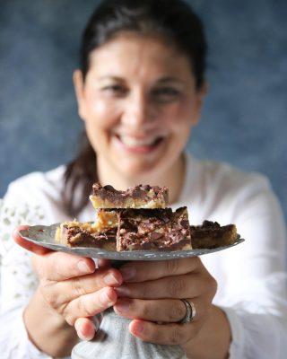 Från mig till dig. Enkla chokladbars som du svänger ihop på 4 ingredienser. Tagga en kompis som har jobbat hårt och behöver en eller två.  Receptet nedan ⬇️ och glöm inte att du kan spara inlägget till senare.  En sats ger ca 12 bitar Tid: under 30 minuter  Ingredienser: * 2 1/2 dl vetemjöl * 1 1/4 dl muscovadosocker * 50 g smör, vid rumstemperatur * 75 g smör, smält * 2/3 dl muscovadosocker * 1 1/4 dl chokladknappar (linser) Gör så: 1. Sätt ugnen på 175 grader. Klä en fyrkantig form, ca 20 X 20 cm, med bakplåtspapper och ställ åt sidan. 2. Blanda vetemjöl, 1 1/4 dl muscovadosocker och mjukt smör till en smulig deg. Tryck den i botten på den beredda formen. 3. I en kastrull på spisen smält 75 g smör med 2/3 dl muscovadosocker, koka upp och småkoka i ca 1 minut. 4. Häll den över botten i formen och jämna till ytan. Grädda i mitten av ugnen för 10 – 12 minuter. Grädda inte helt tills det blir en skorpa. 5. Ta ut formen , strö över chokladen och blanda lätt till virvlar, med spetsen av en vass kniv. 6. Låt kakan svalna och sen kallna helt i kylskåp innan du skär i bitar. 7. Förvaras i kylskåp i låda med lock.  @simonamuntean_ #simonamuntean_ #choklad #bars #baka #hembakat #allakanbaka #mittkök #köket #fika #fikapaus