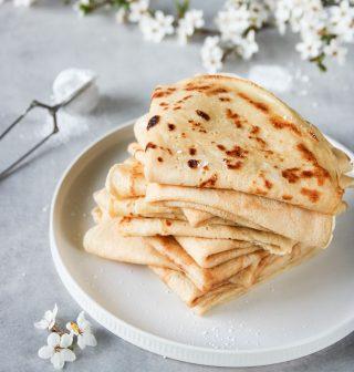 Vad vill du ha på dina pannkakor? Här bjuder jag på min mammas godaste recept på pannkakor.   Tryck på länken i min profil för grundreceptet på dessa godingar.⬆️  Följ @simonamuntean_ för fler härliga recept.❤️  #simonamuntean_ #pannkakor #pancakes #baka #fika #allakanbaka #mittkök