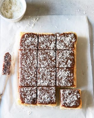Silviakaka med chokladglasyr.  Så god. Nu planerar jag nästa variant, kommer snart.👏🏻👏🏻👏🏻👏🏻  Men haffa detta recept så länge. Tryck på länken i min profil bara. #simonamuntean_ #baka #hembakat #glasyr #silviakaka #fika #mittkök