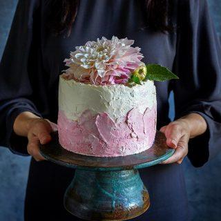 Vad skulle du vilja bjuda din pappa på idag, på Farsdag? När jag tänker på pappa så ser jag denna tårta framför mig. Det är champagne och jordgubbstårta med vaniljbottnar, från min bok Simonas Söta, omslagstårta egentligen, som min pappa skulle älska. Men mina föräldrar bor i Rumänien och just nu är läget som det är. 😞Men min son fyller år idag så honom ska vi fira ordentligt här hemma. ❤️ 📸 @thomashjerten #tårta #simonassöta #farsdag