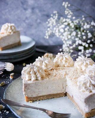 Känsliga semmelälskare får titta bort nu. Denna semmelcheesecake är för er som tycker mindre om bullar men vill åt den goda semmelsmaken. Eller egentligen för er som är kanske nyfikna på andra semmelvarianter. Och nej det är ingen tävling i hur många gånger det är rimligt att använda semmel-ordet.  Tryck på länken i min profil för receptet på denna gudomliga krämiga semmelhybrid. Där satt det!   #fettisdagen #simonamuntean_ #fika #fikatime  #swedishfika #semlor #semla #hembakat #baka #cheesecake