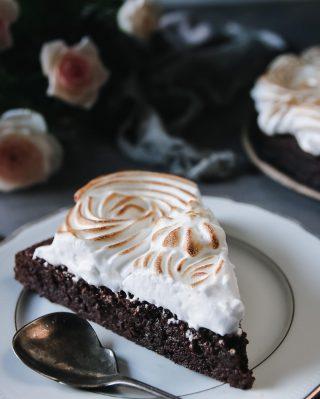 Browniekaka med maräng för allt blir bättre med topping. Och så får jag leka med elden. Fördelen med att vara vuxen. Sen är browniesen fullproppad med plommonhalvor som en trevlig sötsur överraskning. Tryck på länken i min profil för recept. #choklad #mittkök #köketse #hembakat #maräng #kaka