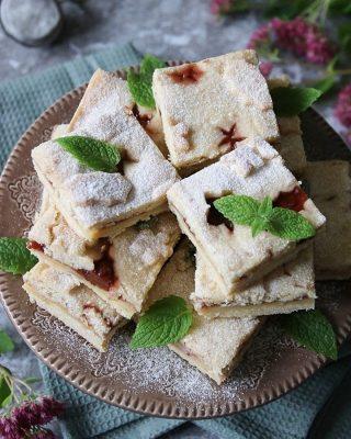 Varför en småkaka när du kan få en stor bit? Vanilj och syltkakor i långpanna. Istället för pilliga småkakor. Passar perfekt att baka inför sportlovet eller nästa veckans fika. Dem är så goda så det finns stor risk du får baka dubbelsats.  Tryck på länken i min profil för receptet.   #simonamuntean_ #fika #fikatime  #swedishfika #mördegskakor #kaka #hembakat #baka #matbloggarna