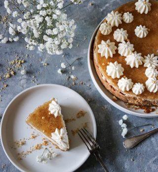 No-bake äppelpajcheesecake med ett äppelspegel. För att jag inte kan välja och älskar kombinera. Lätt att göra glutenfri genom att byta ut kexen i botten till en glutenfri variant. Tryck på länken i min profil för receptet.   #simonamuntean_ #baka #äppelpaj #hembakat #cheesecake #glutenfri #glutenfritt #fika #fikatime