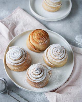 Har du ätit Pan de Mallorca förr? Då tycker jag du ska baka dem. Vad är det värsta som kan hända? Du kommer tycka om dem och vill baka om och om igen...  Följ @simonamuntean_ för massa nya härliga recept.  Tryck på länken i min profil för receptet på bullarna. Och du, visst lovar du mig du ska ge bullarna en chans?  #bröd #baka #hembakat #simonamuntean_ #fikapaus #swedishfika #bullar #frukost #baktips #fika