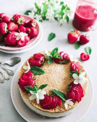 Kaka till frukost? Självklart! Risgrynsgrötkaka. Sjukt! Sjukt gott! Nu kan jag äta kaka hela dagen. Alltså gröt hela dagen. Älskar gröt, är ju svag för gröt och kan äta den tre gånger om dagen utan problem. Och lätt att göra glutenfri, mjölkfri, sockerfri och även vegansk. Klicka på länken i min profil för receptet. #simonamuntean_ #baka #kaka #risgrynsgröt #glutenfritt #veganskt