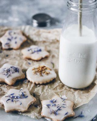 Somriga mördegskakor med glasyr. Småkakor och mjölk är ju livet tycker jag men Vad brukar du helst dricka till?  Och räck upp en hand om du vill ha receptet.✋🏻  #småkakor #kakor #baka #simonamuntean_ #hembakat #allakanbaka #fika #fikatime