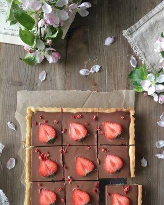 Chokladcheesecake paj. Denna vill du definitivt baka. Perfekt att bjuda familjen på Alla ❤️ dag. Du kan byta ut jordgubbarna mot annat så klart. Tryck på länken i min profil för receptet. #choklad #paj #hembakat #simonamuntean_ #baka #fika