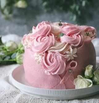 Jag önskar att jag kunde bjuda er alla på en bit av denna prinsesstårta. Ja det är en prinsesstårta som gömmer sig under all fluffig rosa grädde.   BLÄDDRA om du vill se hur insidan ser ut.➡️  TRYCK på länken i min profil för receptet⬆️  ✨För flera härliga bakverk FÖLJ @simonamuntean_ och tack för att du trycker på ❤️.✨  #simonamuntean_ #fika #baka #allakanbaka #mittkök #hembakat #fördig #rosabandet #tillsammansmotcancer #prinsesstårta #tårta