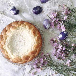Vilken maträtt eller bakverk är påsktradition hos dig? Hos mig är det Pasca, rumänskt sötebröd fylld med en färskostfyllning. Och så är det lammstek. Alltid. Eller ska jag säga för det mesta? För i år har jag bryt traditionerna. Mer om det senare på Storys.  #simonamuntean_ #baka #hembakat #bröd #pasca #bullar #fika #påsk