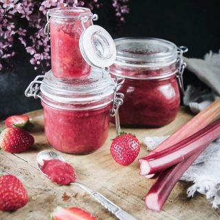 Recept på godaste rabarberkompott. Fyll en rulltårta med, gör en snabb dessert med kex och färskost eller bara ät den med sked som jag. Recept⬇️⬇️⬇️ En sats ger ca 400 g kompott  Tid: 15 min  Ingredienser: • 600 g rabarberstjälkar delade i 2 cm bitar • 1 dl vatten • 4-6 msk strösocker • 6-8 färska jordgubbar grovt hackade • 2 tsk vaniljsocker eller en äkta vaniljstång  Gör så: 1. Koka i en kastrull på spisen alla ingredienser förutom vaniljpasta. Om du vill ha syrligare kompott använd mindre mängd strösocker. 2. Sänk värmen och låt kompotten småkoka/puttra i några minuter till. Kompotten är klar när rabarberna är mjuka. 3. Häll upp i rena burkar och sätt på lock på en gång. Låt den kallna i rumstemperatur och ställ sen i kylskåpet.  @simonamuntean_ #simonamuntean_ #rabarber #baka #hembakat #mittkök #tips