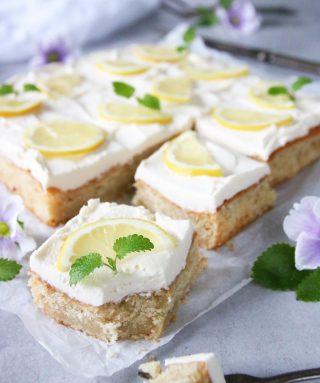 Mjuk citronkaka med mascarponekräm. Ljuvlig god. Tagga en kompis som@borde bjuda dig på fika. Och kompisen hittar receptet genom att trycka på länken i min profil. #kaka #baka #hembakat #matbloggarna #simonamuntean_ #swedishfika #fika #citron