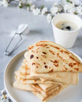 Vad äter du till frukost idag? Här blir det en kopp kaffe och ett lass pannkakor.  TRYCK på länken i min profil för receptet på mammas godaste pannkakor⬆️  ✨För flera härliga bakverk FÖLJ @simonamuntean_ och tack för att du trycker på ❤️.✨  #simonamuntean_ #fika #baka #allakanbaka #mittkök #hembakat #fördig #pannkakor