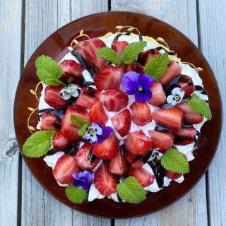 Pappas 79 års tårta. Klar på 5 minuter. Sänkte kravet och så blev alla nöjda ändå. Fick mer tid att umgås.  Bläddra så ser du fler bilder på tårtan. Recept⬇️⬇️⬇️ • 2 st @almondybakery mandeltårtor ( inget samarbete) • 5 dl vispad grädde • 250 g färska jordgubbar halverade • Chokladsås  Gör så: Varva tårtorna med grädde och jordgubbar. Ringla chokladsås över.  @simonamuntean_ #simonamuntean_ #tårta #jordgubbar #baka #tips #allakanbaka