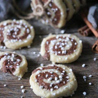 Kanelbullekakor. Små söta spröda kakor som smälter i munnen.  SPARA receptet till senare↗️  RECEPT⬇️⬇️⬇️  En sats ger ca 30 stycken Tid: ca 45 minuter  Ingredienser deg: * 5 1/4 dl vetemjöl * 200 g smör * 1 1/4 dl strösocker * 1 äggula * 1 tsk vaniljsocker * 1/2 tsk malen kardemumma * 1/2 msk osötad kakao  * 1/2- 1 tsk malen kanel beroende på hur kraftig kanelsmak du vill ha * 1 äggvita att pensla över * 1 dl pärlsocker till garnering  Gör så: 1. Sätt ugnen på 175 grader, över- och undervärme. Klä en ugnsplåt med bakplåtspapper och ställ åt sidan. 2. I matberedaren eller för hand kombinera vetemjöl, smör, strösocker, vaniljsocker och äggula. 3. Dela degen i två lika delar. 4. Blanda kardemumma i den ena och kakao och kanel i den andra. 5. Ställ båda degarna i kylen för ca 15 minuter. 6. På mjölat bakbord, kavla båda degarna ca 15 X 30 cm. 7. Lägg kaneldegen ovanpå kardemummadegen och rulla från den korta sidan. 8. Skär i ca 1 cm tjocka skivor och lägg på bakplåtspapper med lite plats emellan. 9. Vispa lätt äggvitan och pensla på kakorna. 10. Strö över pärlsocker. 11. Grädda i mitten av ugnen i ca 10-15 minuter tills dem börjar få lite färg. 12. Lägg kakorna på galler tills dem kallnar helt. 13. Förvaras i burk med lock.  ✨För flera härliga bakverk FÖLJ @simonamuntean_ och tack för att du trycker på ❤️.✨  #simonamuntean_ #fika #baka #allakanbaka #mittkök #hembakat #fördig #kanelbullar #kakor #småkakor