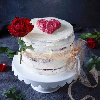 Kärleken är störst och kan ta sig olika former. Så från mig till er alla som hänger här i min lilla hörna, massa kärlek. Ni är bäst! Kram ❤️  (Tårta till Alla ❤️ dag till @tidningenhembakat 2020, 📸 @thomashjerten )  #kärlek #allahjärtansdag #simonamuntean_ #tårta #baka #hembakat #swedishfika #redvelvetcake