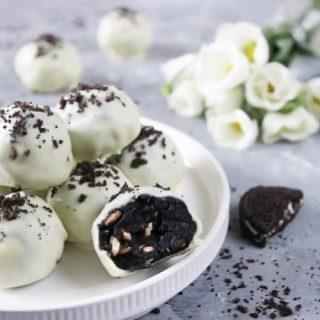 HELGTIPS!  Oreobollar med puffat ris och vit choklad, på bara 4 ingredienser och 15 minuter. Enkelt, gott med härligt tuggmotstånd.  RECEPT⬇️⬇️⬇️ En sats ger 12 – 14 stycken Tid: ca 15 minuter effektiv tid  Ingredienser: * 1 1/2 förpackning Oreo kex valfri fyllning +2 Oreos att garnera med * 100 g färskost naturell * 2 dl puffat ris naturell * 150 g vit choklad i bitar Gör så: 1. Finkrossa kexen i matberedaren. Ta 3 msk Oreokross och ställ i en liten skål. Spara till garnering. 2. Tillsätt färskost i matberedaren och kör några varv tills du får en jämn massa. Blanda i puffat ris. 3. Forma till bollar och lägg i en låda med lock. Ställ i kyl eller frys tills bollarna stelnar. 4. Smält chokladen i mikron 20 sec åt gången. Rör i emellan åt. 5. Stick en tandpetare i en boll och doppa i choklad. Skaka försiktigt överskott av choklad och ställ på bakplåtspapper. 6. Toppa med lite Oreokross innan chokladen har stelnat. 7. Upprepa samma procedur med övriga bollar. 8. Förvaras svalt i låda med lock.  @simonamuntean_  #simonamuntean_ #choklad #oreo  #fika #nobake #chokladbollar #baktips