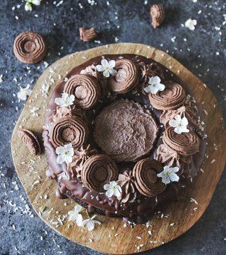 Fredag förtjänar en chokladbollstårta. Som jag har längtat! Någon annan som längtar till helgen? Några planer?  Jag säger jämnt att jag kommer vila men hamnar i köket med värsta projektet. Men nu planerar jag bara att vila och äta tårta. Tryck på länken i min profil för receptet.  #simonamuntean_ #chokladkaka #choklad #tårta #baka #hembakat #allakanbaka #fika #fikatime