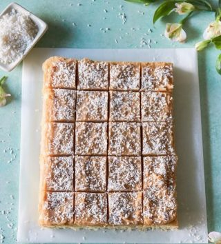 Följ @simonamuntean_  så missar du inte alla härliga recept som denna Silviakaka med brynt smörglasyr.   Som du bara måste testa. Tryck på länken i min profil för receptet.   #simonamuntean_ #sockerkaka #baka #hembakat #fika #kaka #mittkök #allakanbaka