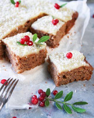 Vad ska du bjuda på till fika ikväll? Kanske en mjuk pepparkaka med vit choklad? Klar på 30 minuter så du hinner. Jag slängde på lite vit chokladglasyr, kokos och lingon. Bara därför... Glad 1:a Advent 🕯Ta hand om er❤️ Receptet finns som vanligt via länken i min profil. Följ @simonamuntean_ om du inte redan gör det och glöm inte berätta vad du tycker om receptet. #hembakat #julfika #pepparkaka #mittkök