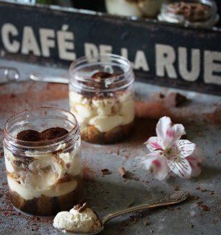 Enkel Tiramisu i glas. Tagga en kompis som borde göra denna till dig. För än finns det tid att fixa kvällens dessert. Följ @simonamuntean_ för flera goda bakverk. Tryck på länken i min profil för att haffa receptet. #tiramisu #dessert #fika #hembakat
