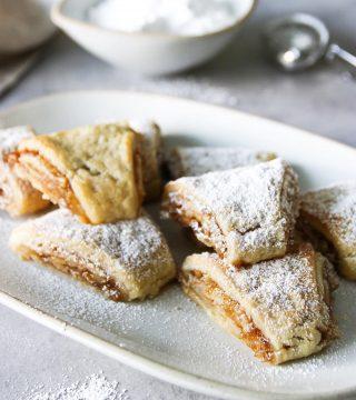Spröda kakor med aprikossylt och valnötter.  Steg-för-steg i Stories och under höjdpunkter. ⬆️  SPARA receptet ↗️  BAKA kakorna ⬇️ Antal ca 32 st  Deg: * 225 g smör rumstempererat * 200 g mascarponeost * 4 msk strösocker * 1 1/2 tsk vaniljsocker * 5,5 - 6 dl vetemjöl  Fyllning och garnering: * 4-5 dl aprikossylt  * 150 g valnötter, finhackade (grovt malda) * florsocker att sikta över  Gör så: 1. Blanda ihop smör, färskost och socker. 2. Tillsätt mjölet i fyra omgångar. 3. Sätt ihop degen till en disk och plasta in. Ställ kallt för minst 1 timme. 4. Sätt ugnen på 175 grader, både över- och undervärme. Klä en plåt med bakplåtspapper. Ställ åt sidan. 5. Dela degen i fyra lika delar och arbeta med en bit i taget. Resten ställer du tillbaka i kylen. 6. Kavla en bit i taget på riktigt mjölat bakbord eller mellan bakplåtspapper.  7. Kavla till en rektangel ca 20 X 30 cm. 8. Bred på sylt, strö över valnötter och rulla från den ena långsida. 9. Ställ rullen på plåten och fortsätt med resterande bitar. 10. Ställ ev rullarna 10-15 min i frysen.  11. Skär igenom rullarna och dela i 8 bitar. 12. Grädda i mitten av ugnen för ca 20- 25 min tills kakorna blir gyllene bruna. 13. Skär igenom kakorna och låt dem kallna innan du siktar florsocker över.  ✨För flera härliga bakverk FÖLJ @simonamuntean_ ❤️, passa på och SPARA receptet till senare.✨  #simonamuntean_ #fika #baka #allakanbaka #mittkök #hembakat #mördegskakor #kakor #syltkakor