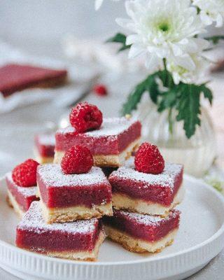 Spröda sötsyrliga hallonrutor. Gilla bilden om du älskar hallon. Tryck på länken i min profil för receptet. Följ @simonamuntean_ för flera enkla recept och tips. #hallon #baka #hembakat #fika #matbloggarna