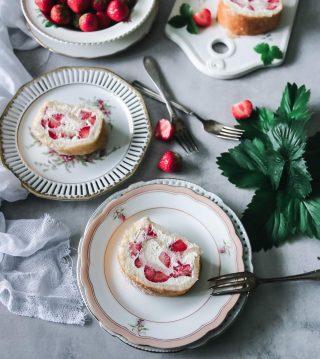 Sommarlängtan är enormt stor just nu. Svenska jordgubbar och en färskostfyllning, mmm... Vad betyder sommar för dig? Medan vi fortsätter drömma oss bort tryck på länken i min profil för receptet. #simonamuntean_ #rulltårta #tårta #jordgubbar #baka #hembakat #fika #fikatime