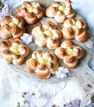 Vem vill ha en majbulle? En saftig kardemummabulle med vaniljkräm. Försöker skrämma vädergudarna nu när det utlovas snö. Visst FÖLJER du @simonamuntean_ ? Massa nyheter på gång.  Recept på godingarna via länken i min profil. #simonamuntean_ #bullar #bröd #baka #hembakat #vaniljkräm #fika #mittkök #allakanbaka