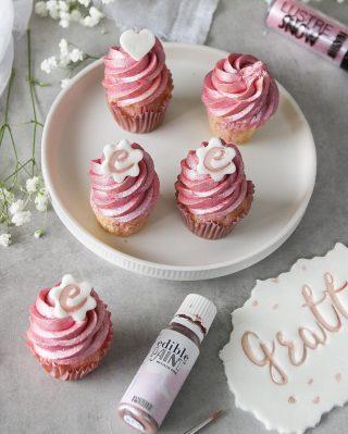 Glitter och glamour till barnkalaset eller födelsedagsfesten. Superenkelt med PME glitter pulver och metallic ätbarfärg. Och så supersmidigt att använda Fun font stämplarna.  Recept på vaniljcupcakes via länken i min profil.  @pmecake_scandinavia #pme #pmecake #pmecakedecoration #hippiedeluxe #simonamuntean_ #cupcake #fika #hembakat #bakat