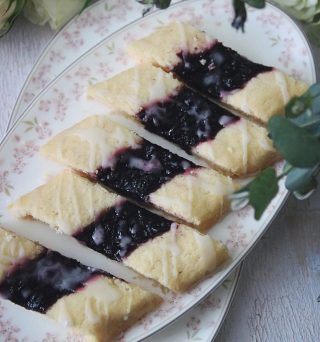 Gilla bilden om du älskar småkakor. Spröda, smöriga och goda.   RECEPT blåbärssnittar ⬇️⬇️⬇️ Antal ca 20 snittar Tid: ca 20-30 min  Deg: * 125 g smör kylskåpskallt * 1 dl strösocker * 3 1/2 dl vetemjöl * 1 ägg * 1 tsk vaniljsocker * 1 tsk bakpulver Fyllning: * ca 1 – 1 1/2 dl blåbärssylt * 1 dl florsocker * 1-2 msk vatten  Gör så: 1. Sätt ugnen på 175 grader, över och undervärme. 2. Klä en plåt med bakplåtspapper och ställ åt sidan. 3. Lägg alla ingredienser till degen i matberedaren och arbeta på full effekt tills du får en smidig deg. 4. Dela degen i två lika bitar och rulla till korvar. 5. Platta till ca 1 cm tjocka längder. 6. Tryck ut en fördjupning i mitten på varje längd. 7. Fyll fördjupningen med sylt. 8. Grädda i mitten av ugnen för ca 10 minuter. Låt svalna ca 10 minuter. 9. Blanda florsocker och vatten till glasyr och ringla över snittlängderna. 10. Skär längderna snett ca 2 cm bredda. Låt kallna helt.  SPARA receptet till senare↗️  ✨För flera härliga bakverk FÖLJ @simonamuntean_ och tack för att du trycker på ❤️.✨  #simonamuntean_ #fika #baka #allakanbaka #mittkök #hembakat #fördig #mördegskakor #småkakor #kakor